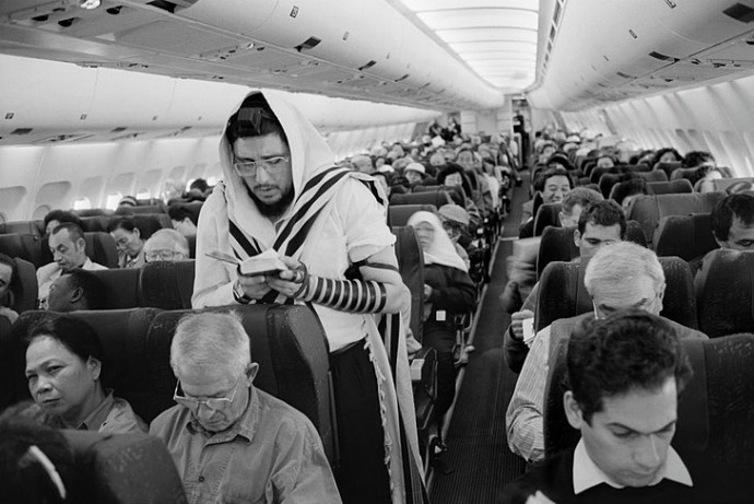 prayingonplane-690x461